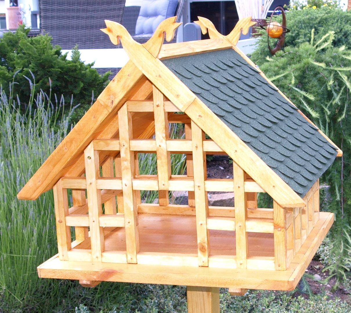 xxl niedersachsen fachwerk vogelhaus mit pferdek pfen als giebelschmuck und gr nem schindeldach. Black Bedroom Furniture Sets. Home Design Ideas